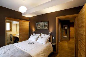 Chambre 1 - lit double - salle de douche et wc privatifs